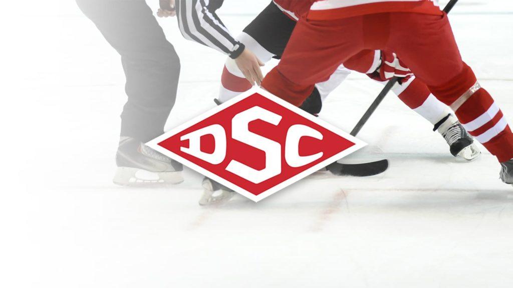 Zwei Eishockeyspieler beim Bully hinter DSC Logo