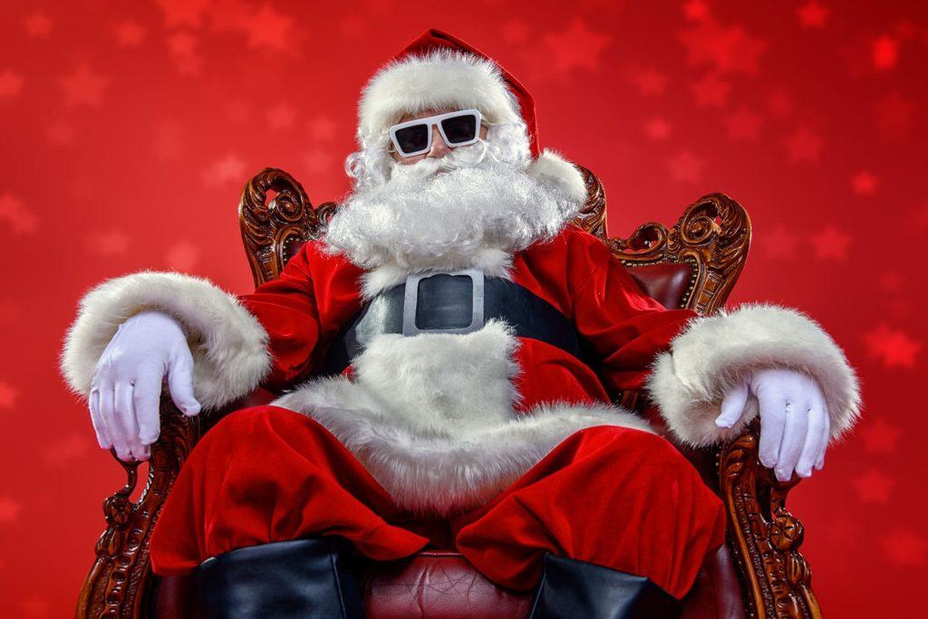 Cooler, moderner Santa Claus mit Sonnenbrille